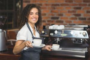 Fille qui travaille dans un café
