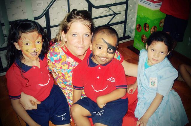 Centre de loisirs avec des enfants et volontaire