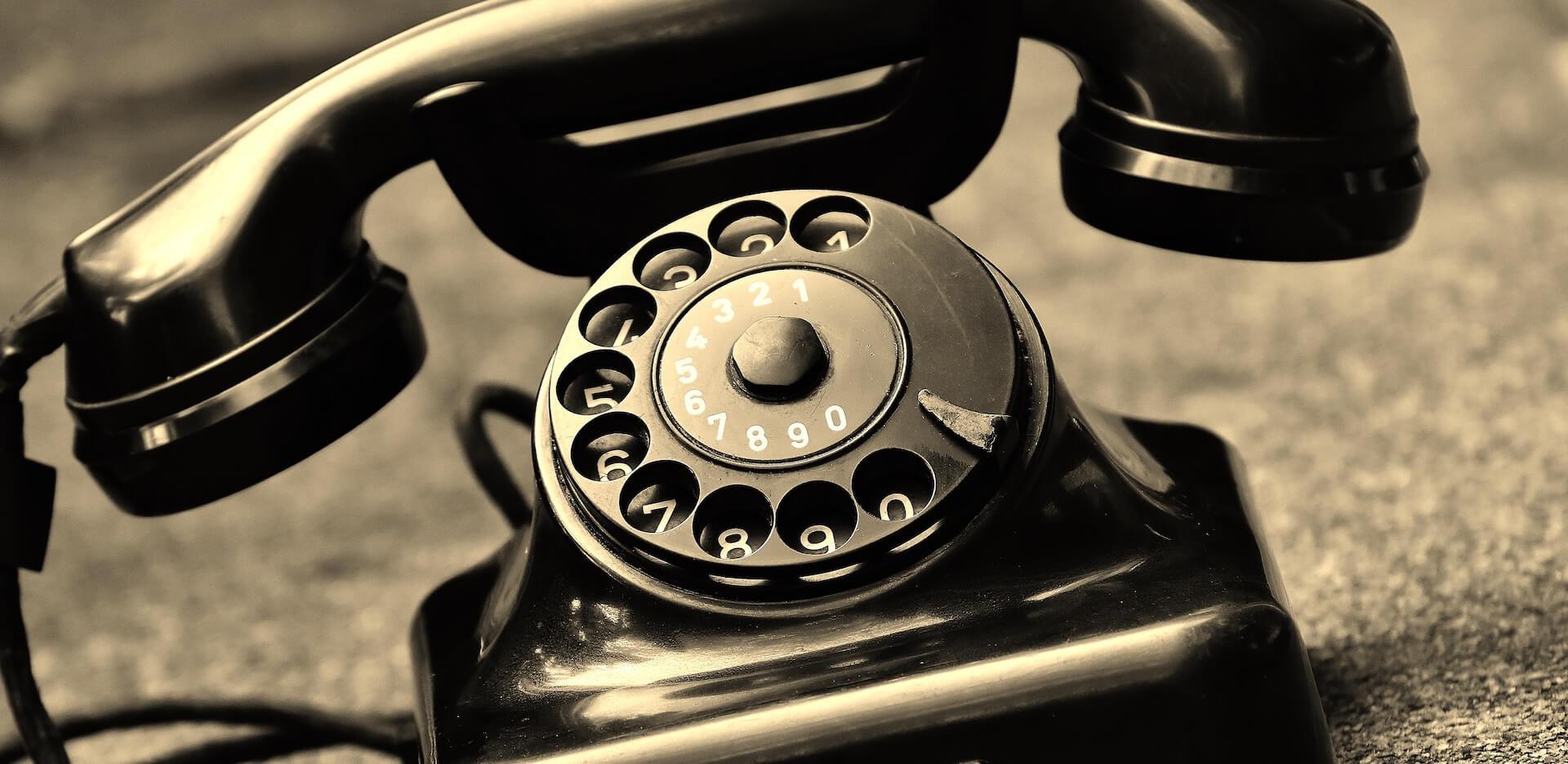 Ancien téléphone en noir