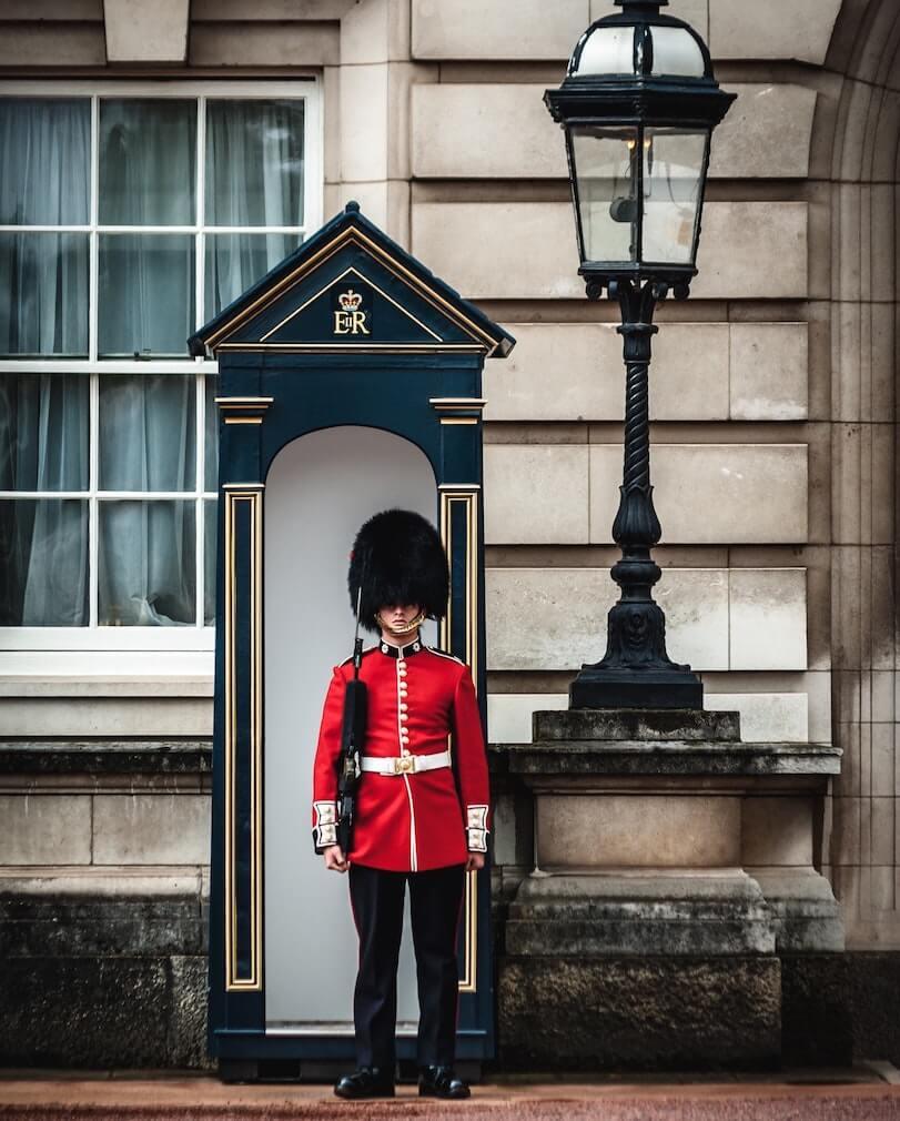 Soldat à Buckingham Palace à Londres